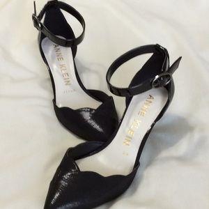 """Anne Klein Black patten/ fabric 2.5"""" heels 👠"""